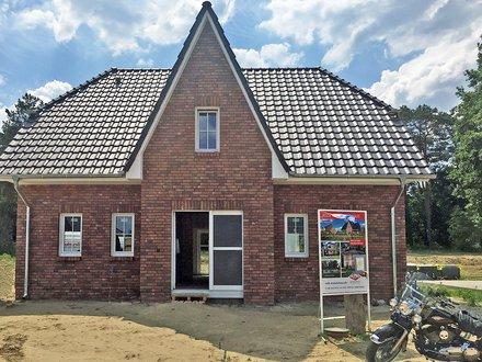 Einfamilienhäuser | Friesenhaus_Klinkerfassade_Sprossenfenster_Sole-Wärmepumpe_Eingangsbereich_Friesengiebel_1670