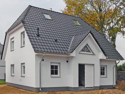 Einfamilienhäuser | Landhaus 142_Eingangsbereich vorgezogen mit Dreiecksfenster und Dreiecksgaube_1755