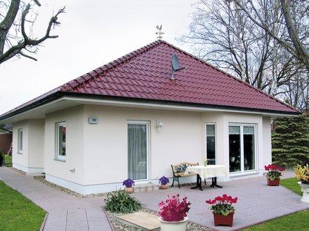 Bungalows | Bungalow Rerik (Putzfassade), Ansicht Eingang und Terrasse