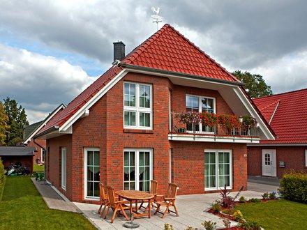 Einfamilienhäuser | Haus Schwerin (Klinkerfasade, Gartenansicht schräg)