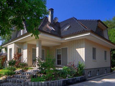 Exklusive Häuser | Haus Rügen (Klinkerfassade, Terrassenansicht schräg)