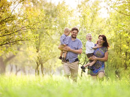 Roth Massivhaus.Green | Ökologische Produkte – Familie im Park