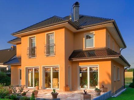 Stadtvillen | Villa Ravenna (Putzfassade), schräge Gartenansicht Abendstimmung