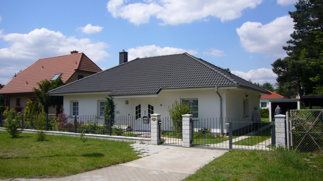 bungalow mit g stezimmer hausreferenz bungalows berlin roth massivhaus. Black Bedroom Furniture Sets. Home Design Ideas