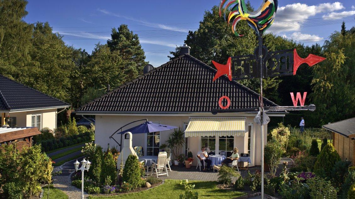 Bungalows | Bungalow Rerik (Putzfassade), Terrassen- und Gartenansicht 2