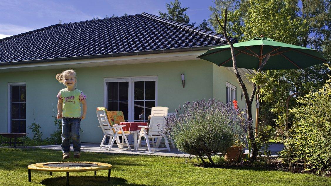 winkelbungalow mit ausbauf higem dachgeschoss hausreferenz bungalows birkenwerder roth. Black Bedroom Furniture Sets. Home Design Ideas
