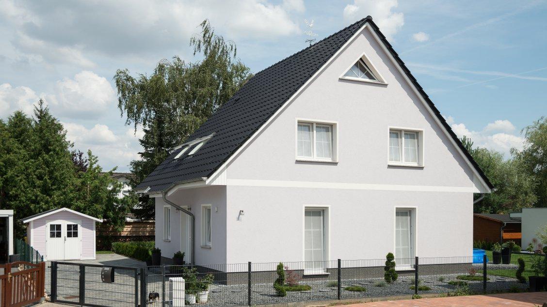 Einfamilienhäuser | Haus Wismar (Putzfassade), Schrägansicht Grundstück mit Gartenzaun