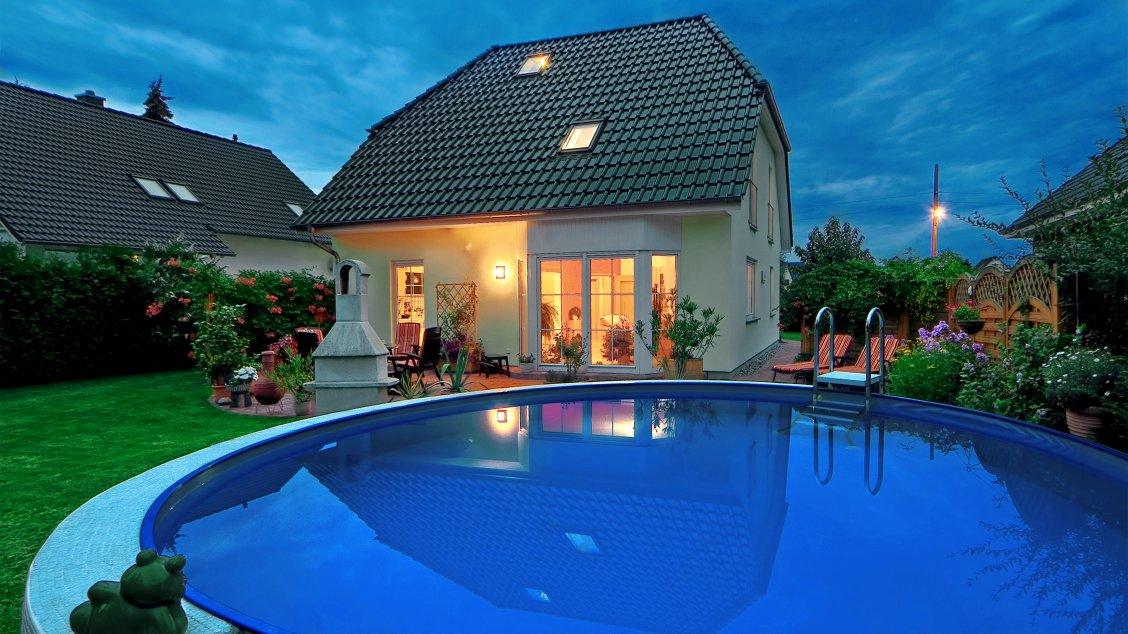 Einfamilienhäuser | Landhaus 142 (Putzfassade, Gartenansicht und Pool)
