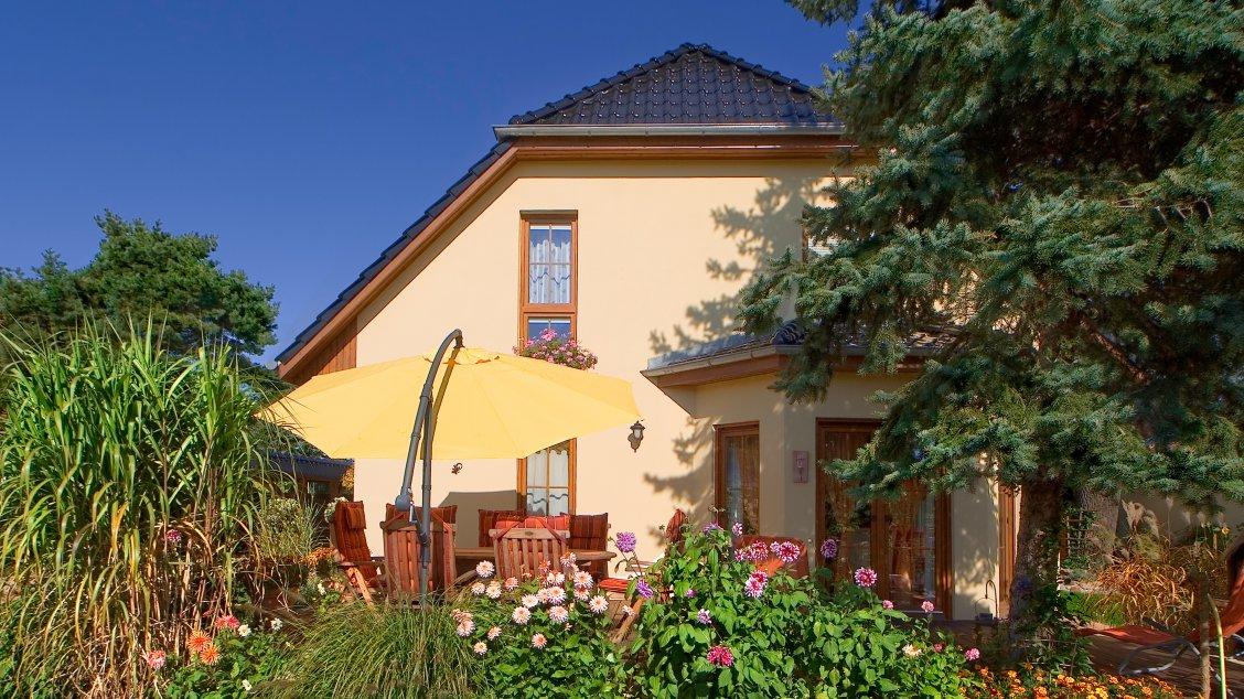 Einfamilienhäuser | Landhaus 142 (Putzfassade, Gartenansicht)