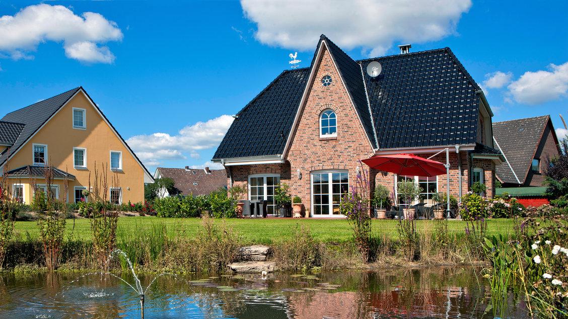 Einfamilienhäuser | Friesenhaus (Klinkerfassade), Rückseite Gartenteich