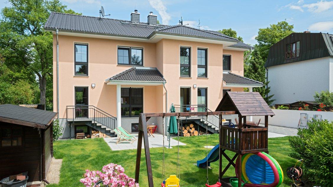 Mehrfamilienhäuser | Doppelhaus, Gartenansicht mit Spielplatz
