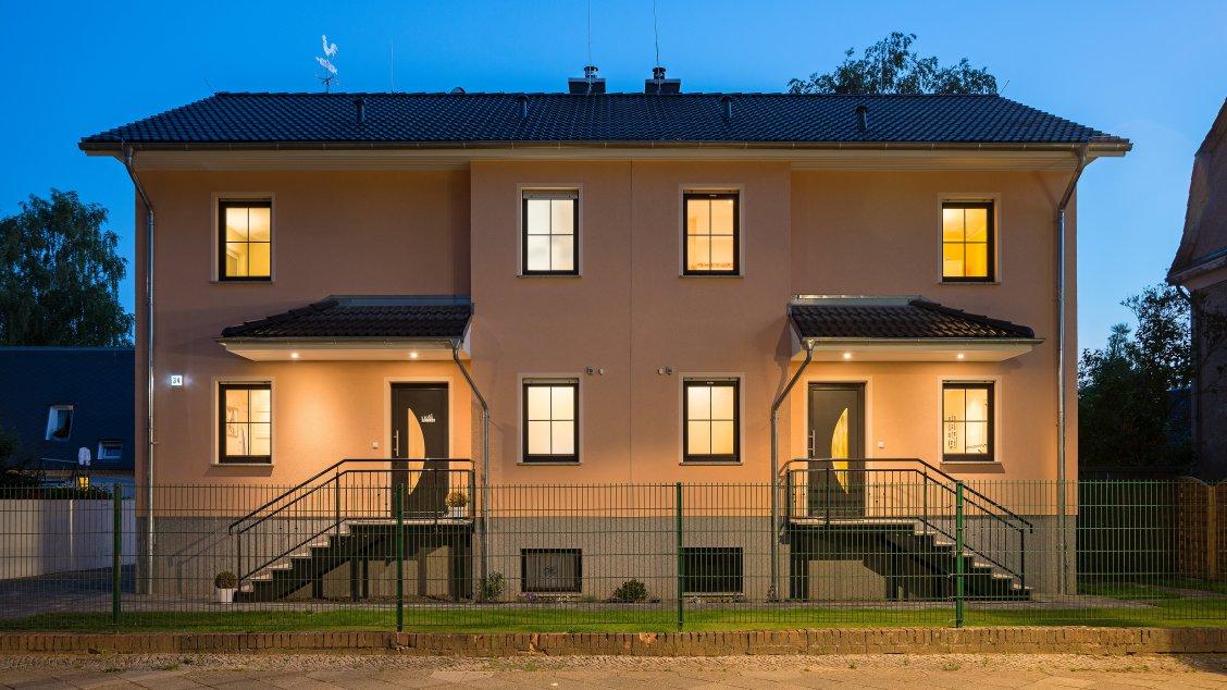 Mehrfamilienhäuser | Doppelhaus, Frontseite Abendimpression