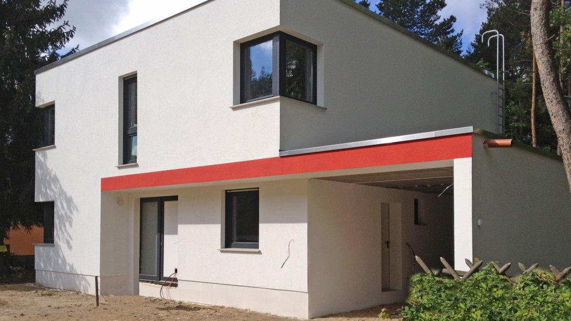 Moderne häuser cubatur 145 frontseite mit carport schrägansicht