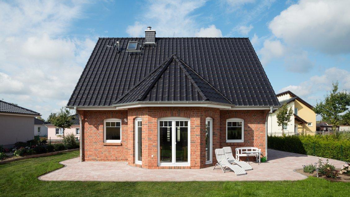 friesenhaus mit verblendfassade und gro em turmerker hausreferenz einfamilienh user panketal. Black Bedroom Furniture Sets. Home Design Ideas