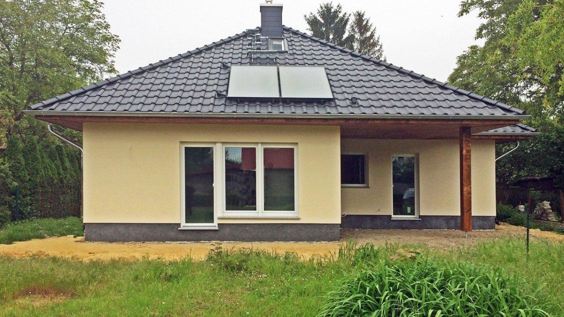 winkelbungalow mit ausbaureserve im spitzboden hausreferenz bungalows berlin roth massivhaus. Black Bedroom Furniture Sets. Home Design Ideas