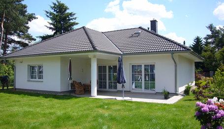 bungalow mit g stezimmer bungalows in berlin roth massivhaus. Black Bedroom Furniture Sets. Home Design Ideas