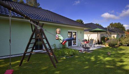 winkelbungalow mit ausbauf higem dachgeschoss bungalows in birkenwerder roth massivhaus. Black Bedroom Furniture Sets. Home Design Ideas