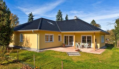 Massivhaus bungalow mit garage  vergrößerter Winkelbungalow, Hausreferenz (Bungalows): Woltersdorf ...