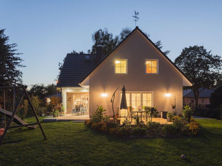 Roth | Mehrfamilienhaus | drei Giebel, Terrasse am Abend
