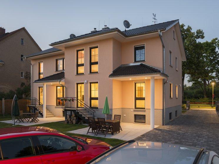 Mehrfamilienhäuser | Doppelhaus, Rückseite mit Terrasse, Abendstimmung