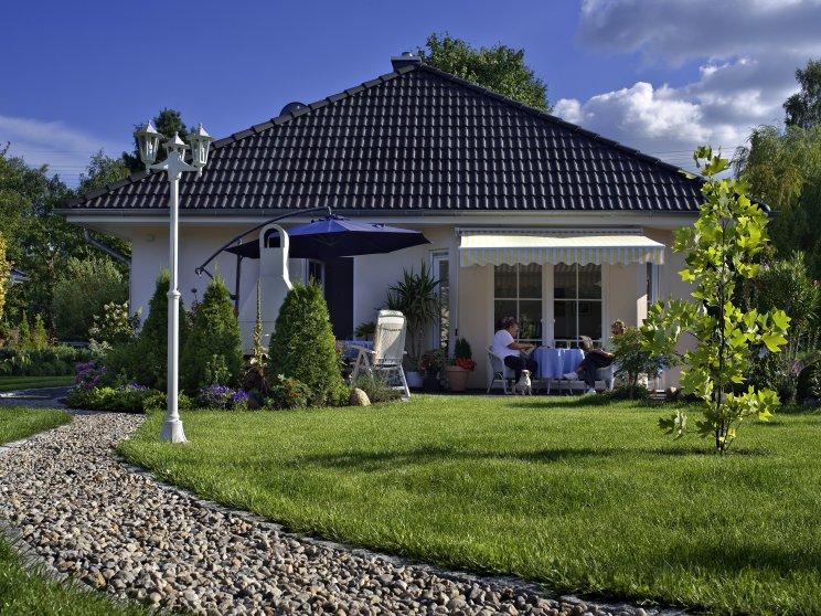 Bungalows | Bungalow Rerik (Putzfassade), Terrassen- und Gartenansicht