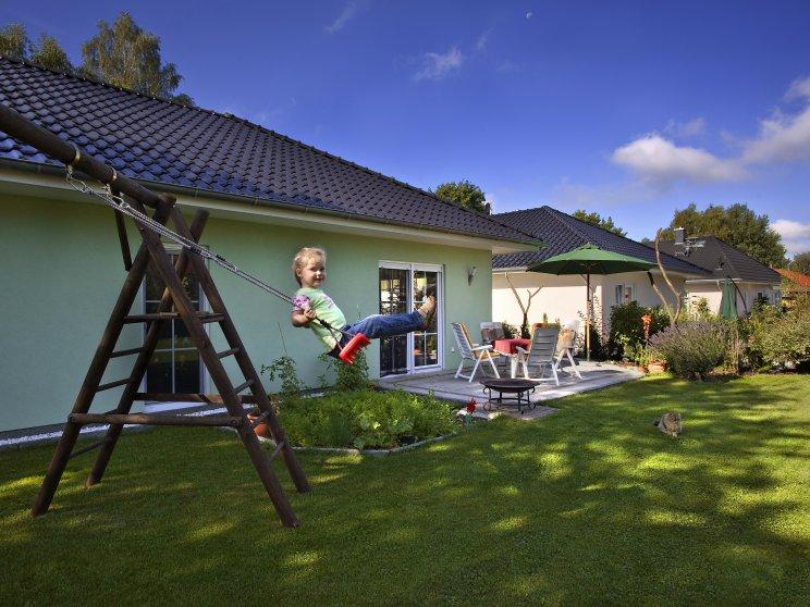Bungalows | Bungalow Ahlbeck (Putzfassade), Bungalowsiedlung Gartenansicht