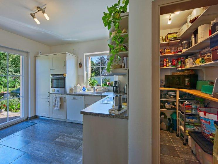 Einfamilienhäuser | Landhaus 142, Küche mit Vorratsraum