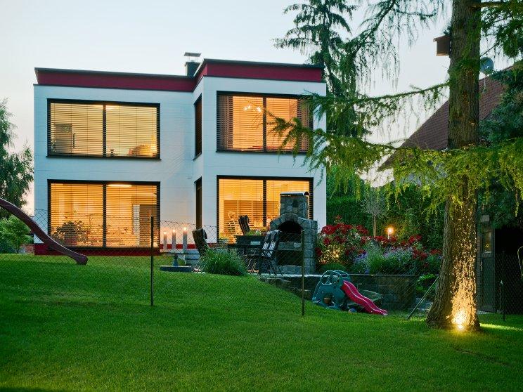 Moderne Häuser | Cubatur (Freie Planung, Putzfassade), Gartenansicht abends