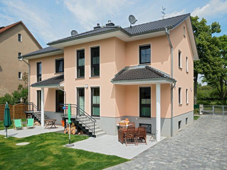 Mehrfamilienhäuser | Doppelhaus, Rückseite mit zwei Terrassen