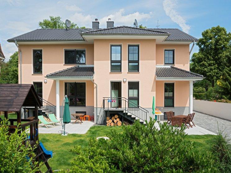 Mehrfamilienhäuser | Doppelhaus, Rückseite mit Garten