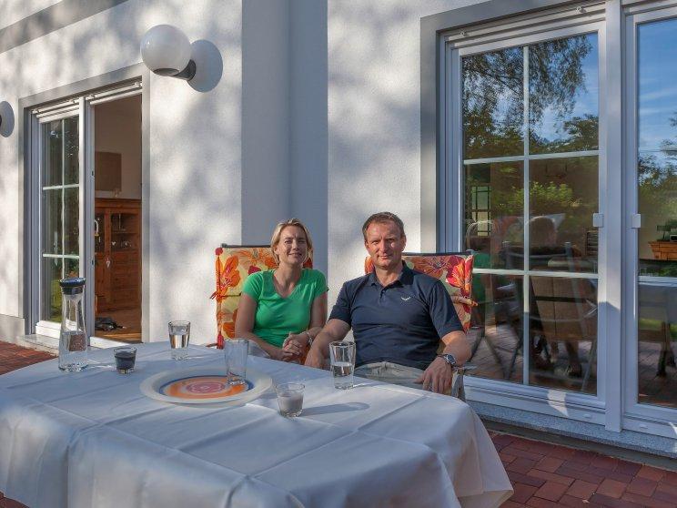 Stadtvillen | Villa Lugana (Putzfassade), Familie auf der Terrasse