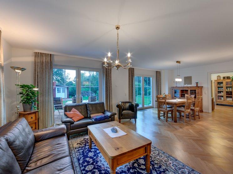 Stadtvillen | Villa Lugana, Innenaufnahme Wohnzimmer mit Blick in den Garten