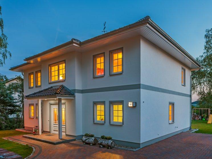 Stadtvillen | Villa Lugana (Putzfassade), Schrägansicht Hauseingang in Abendstimmung
