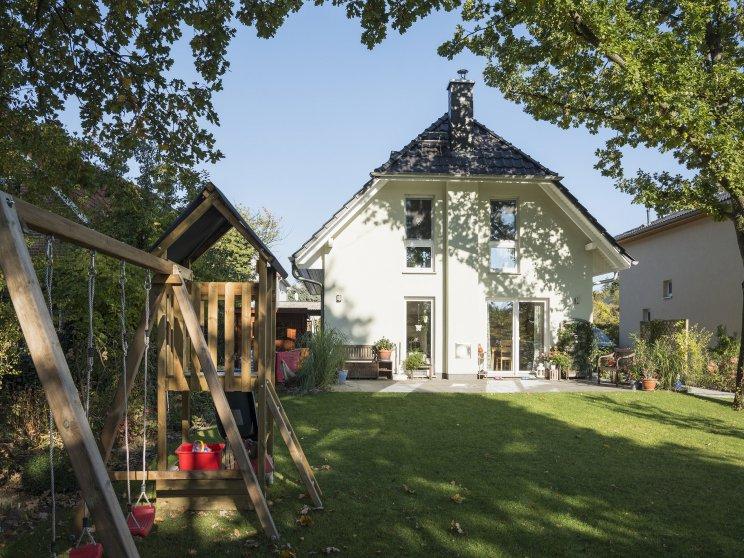 Roth | Landhaus Stade | Außenansicht Garten und Terrasse