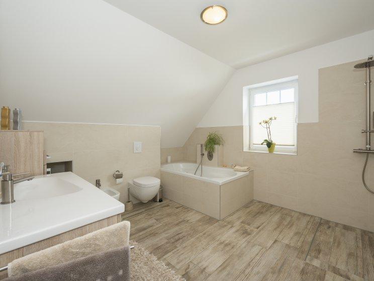 Einfamilienhäuser | Friesenhaus 145 (Innenaufnahme), Badezimmer mit Wanne und Dusche
