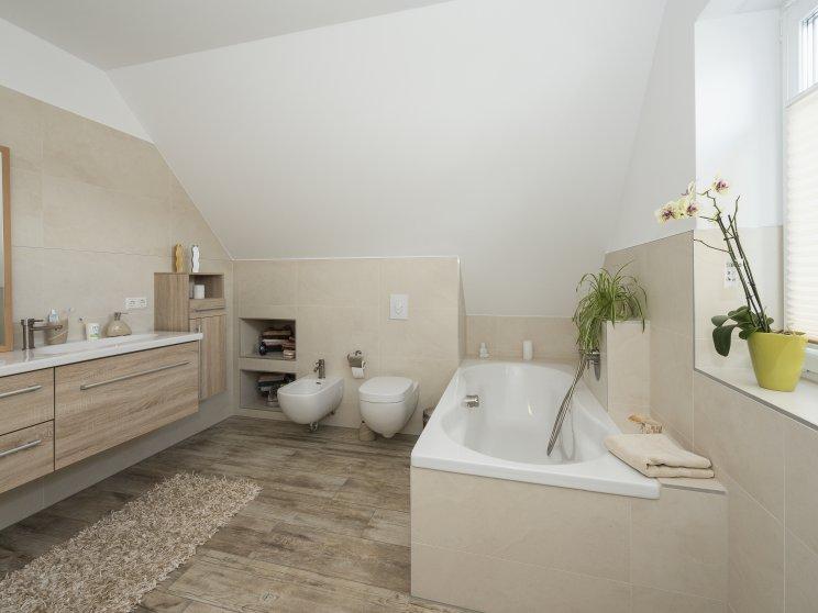 Einfamilienhäuser | Friesenhaus 145 (Innenaufnahme), Badezimmer mit Wanne